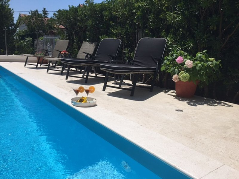 Spacious APARTMENT with POOL- perfect location between SPLIT & TROGIR near beach, vacation rental in Kastel Novi