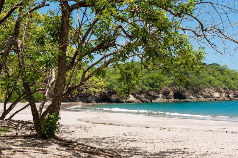 Afgelegen Playa Minas met schaduwrijke bomen, zacht zand en snorkelen - 5 minuten rijden