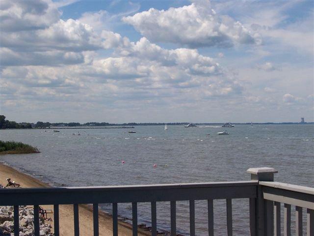 Stunning Waterfront Beach House!, aluguéis de temporada em Lacarne