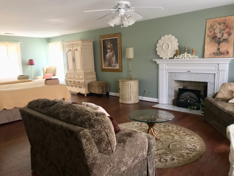 The Charleston, Second Level Suite, holiday rental in Liberty Township