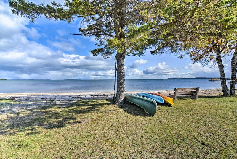 St. Ignace Cottage w/ Deck & Beach on Lake Huron!, alquiler de vacaciones en Mackinac County