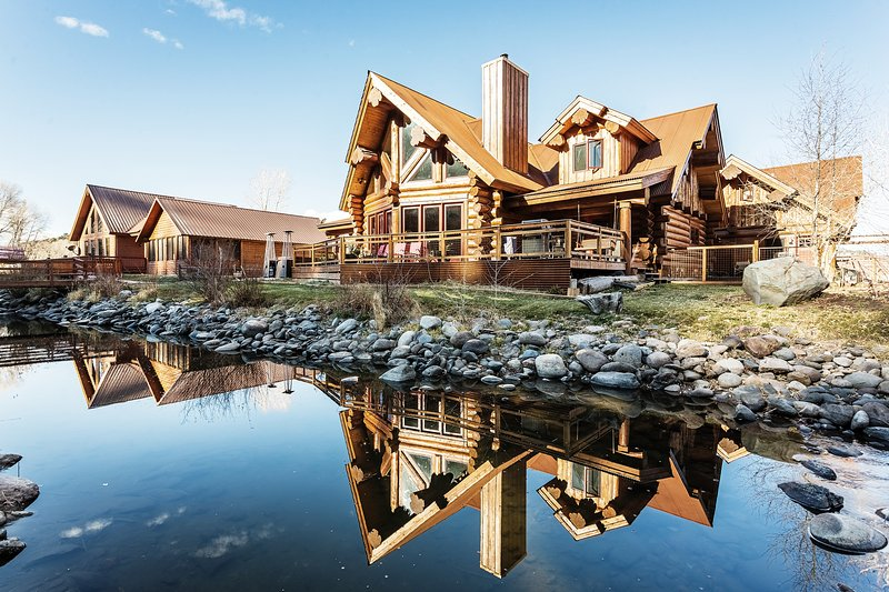 River Crest Cabin I Beautiful custom log home on the river w/ hot tub gameroom, alquiler de vacaciones en South Fork