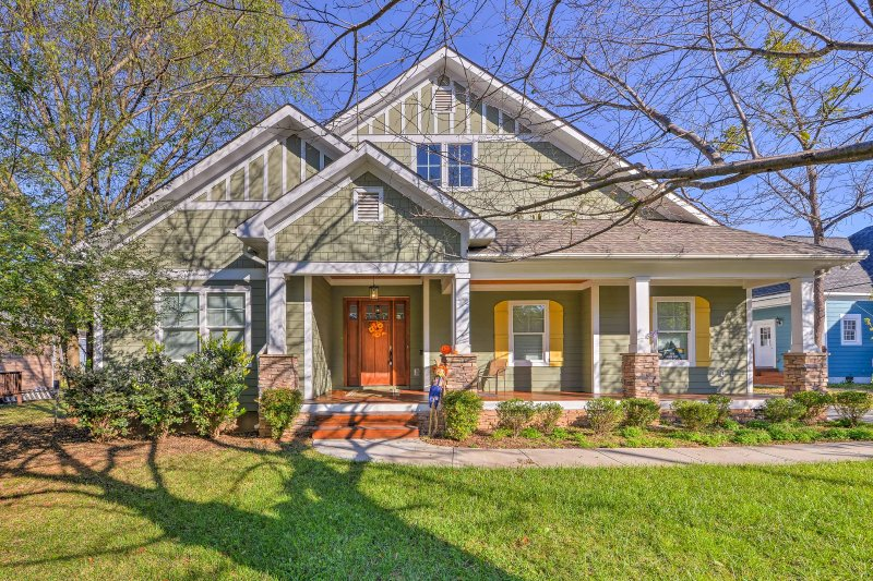 Charlotte Home w/Deck in NoDa District - Near UNC!, aluguéis de temporada em Newell