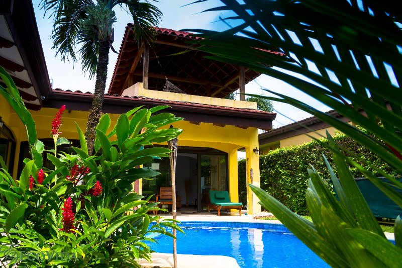 EcoVida Casa Famosa with Private Pool and Tower! Walk to the Beach!, alquiler de vacaciones en Playa Bejuco