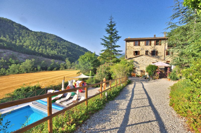 Farmhouse Apartments with Pool in Quiet Rural Location - Rancale, alquiler vacacional en Montelovesco