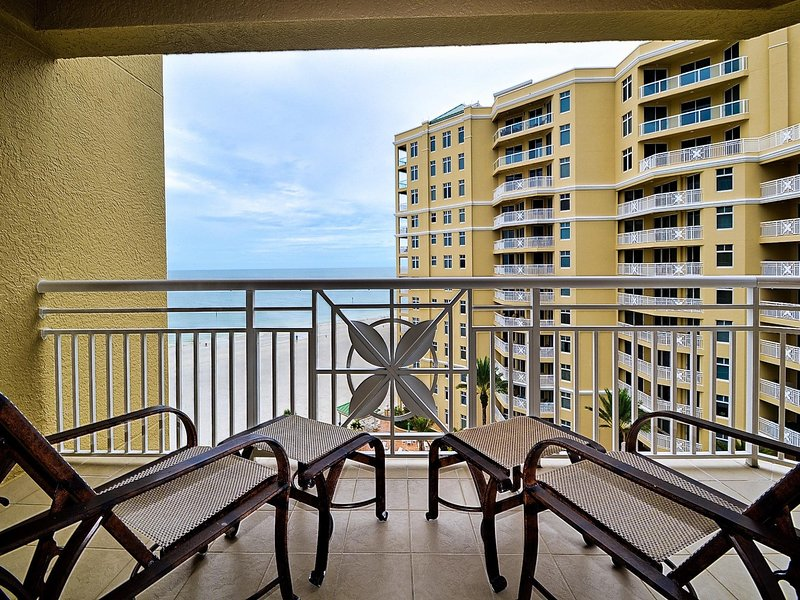 Entspannen Sie sich auf dem Balkon mit beruhigenden Meeresklängen.