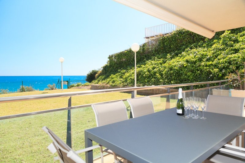 UHC ARINSAL 166: Enjoy this modern ground floor apartments in front of the sea!, holiday rental in Tarragona