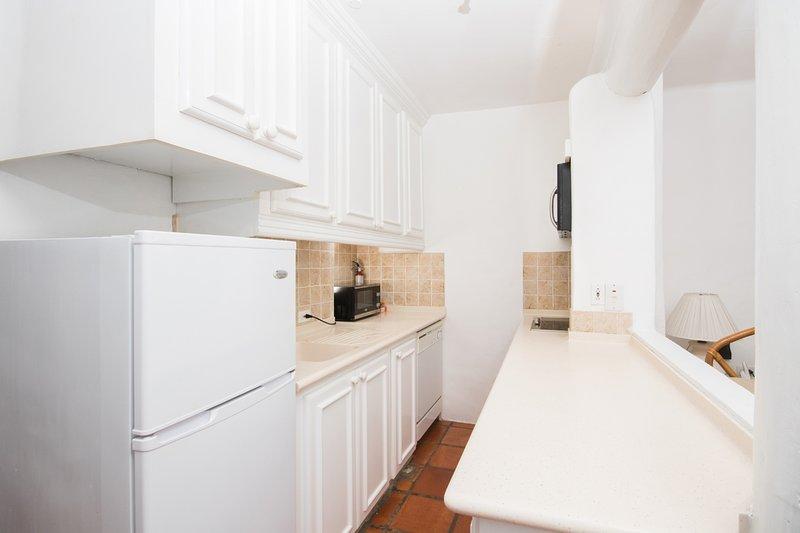 La cuisine confortable est équipée d'un réfrigérateur, d'un four micro-ondes, d'une cuisinière et d'un lave-vaisselle