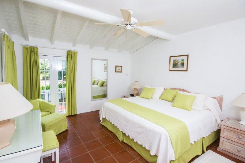 La deuxième chambre a un lit king, un ventilateur de plafond et a / c