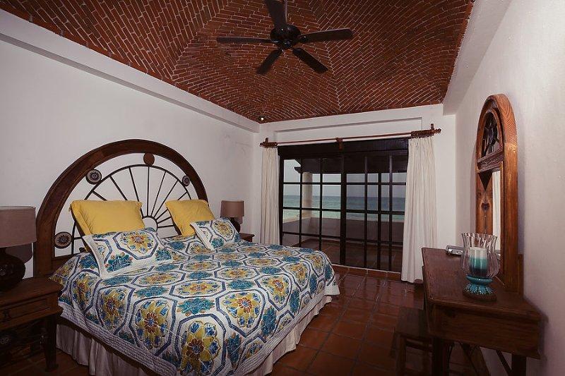 Camera # 2 - camera da letto vista mare - letto matrimoniale, bagno privato (ristrutturato 2016) e balcone