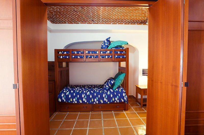 Camera # 4 - Twin letto a castello con scala (non ultimi) e di archiviazione dei vestiti, ventilatore a soffitto e A / C.