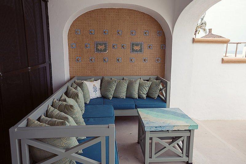 Il patio coperto è come avere un soggiorno e sala da pranzo a bordo piscina.
