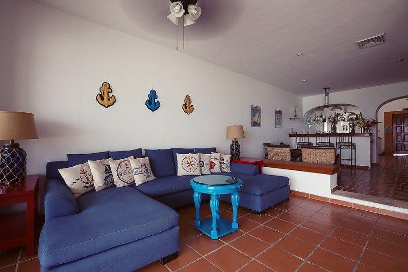The Living Room ha una grande sezionale per rilassarsi dopo una lunga giornata sotto il sole.