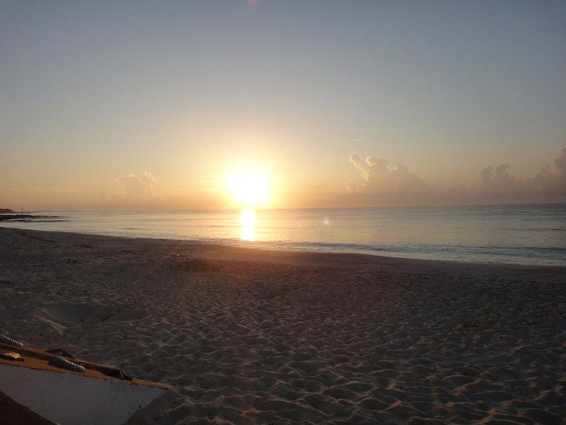 Un'alba tuo non dimenticare mai - prendere un caffè e guardare sorgere il sole.