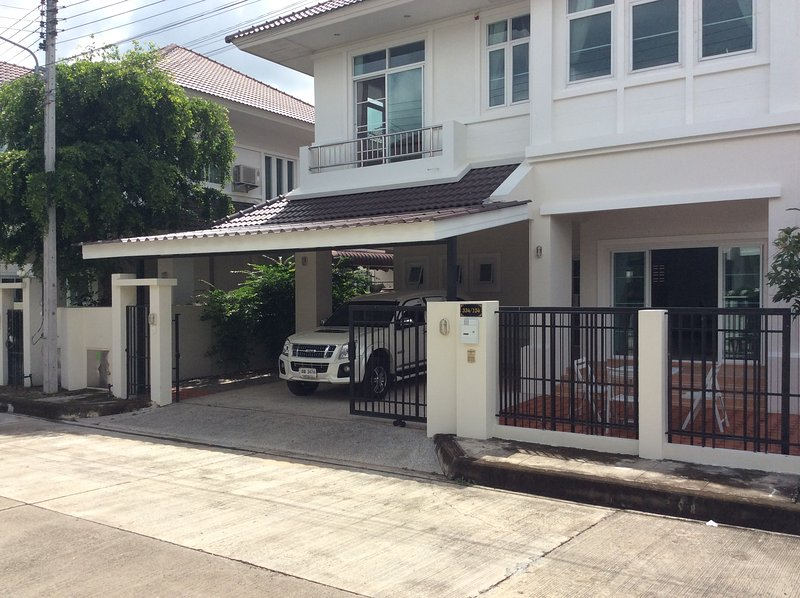A new 4 bedroom luxury villa with large shared swimming pool, holiday rental in San Kamphaeng