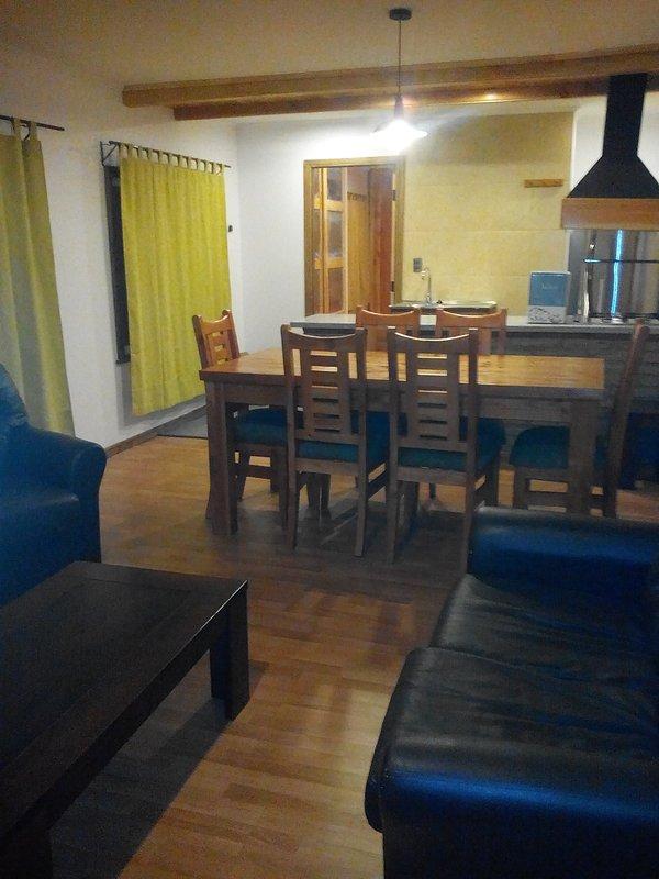 A sala de jantar tem 6 cadeiras e dois pisos de madeira.
