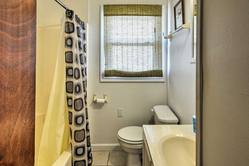 Lavare i piedi di sabbia nella combinazione doccia / vasca trovato nel secondo bagno.