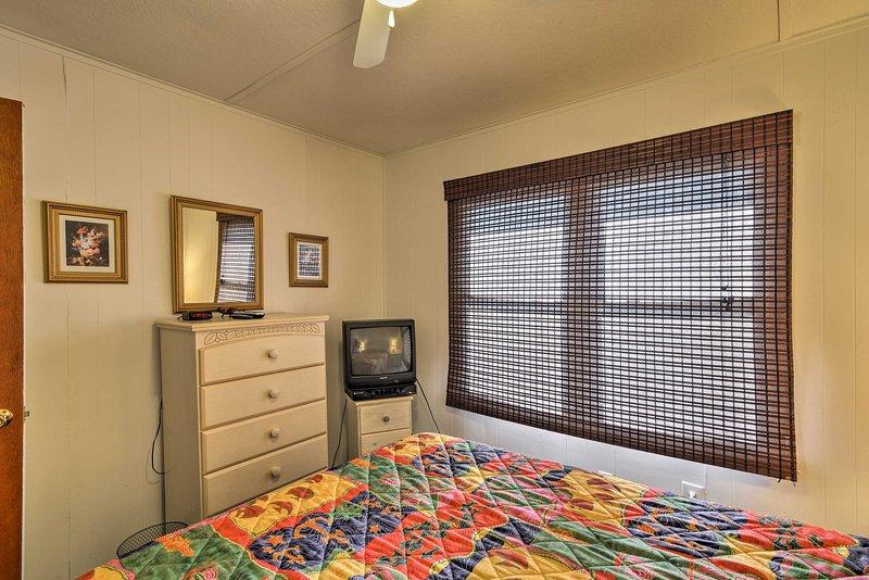 Entra in sintonia con uno spettacolo sul TV via cavo personali mentre vi rilassate in seconda camera da letto.