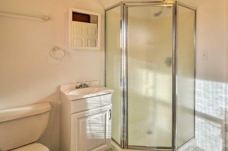 Il primo bagno è dotato di una caratteristica unica vanità e cabina doccia.