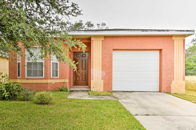 Sebring Home w/Porch by Lakes -Drive to Legoland!, holiday rental in Lorida