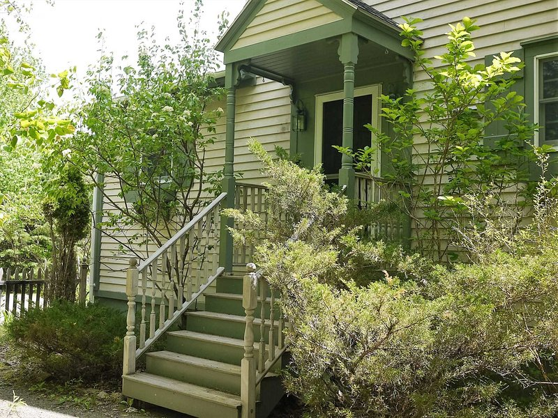 Kelley Grove Cottage - wooded privacy near Acadia & Bar Harbor, holiday rental in Hulls Cove