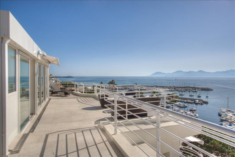 Le Romance - Duplex penthouse w stunning sea views & Spa, vacation rental in Cannes