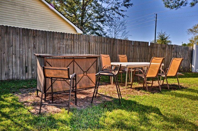 Prenez un bain de soleil au sud tout en appréciant la compagnie de chacun dans la cour arrière.