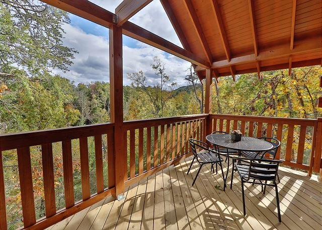Brand-New Cabin w/ Hot Tub, Theater Room, Pool Table & Decks - Near Dollywood, alquiler de vacaciones en Pigeon Forge