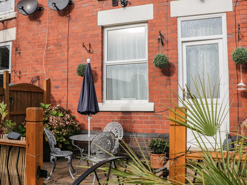2 EBENEZER TERRACE, three floors, south-facing garden, WIFI, Ref 956031, Ferienwohnung in Ruabon