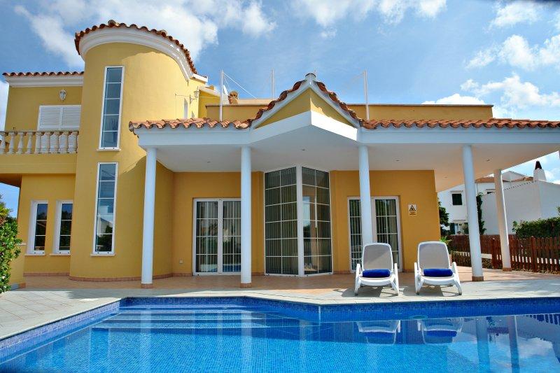 Villa con piscina privada y mobiliario exterior