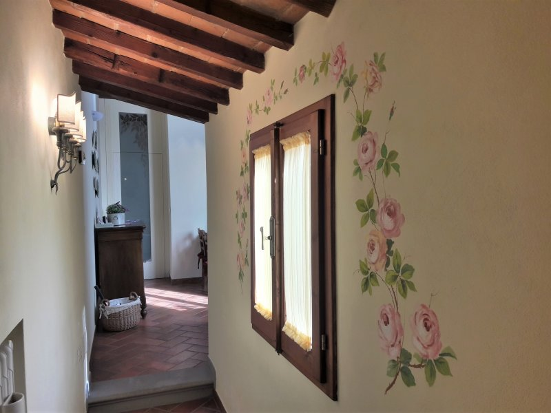 Bright entrance, in Tuscan style with a marvellous decorated window