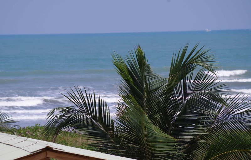 BRIGHT, SPACIOUS OCEANFRONT APARTMENT (CANOA BEACH), casa vacanza a Canoa