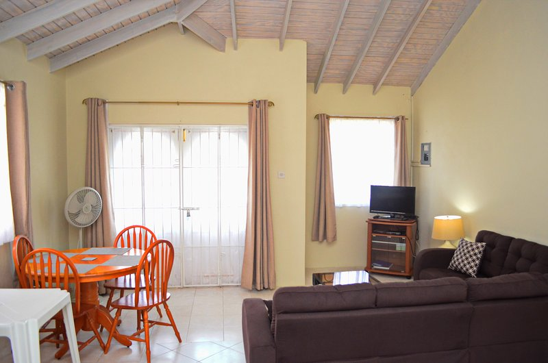 Holiday Apartment to Rent - Speightstown - Near Beach, Wi-Fi, Sleeps 4, holiday rental in Six Mens