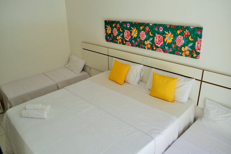 la habitación con las camas dispuestas auxiliar