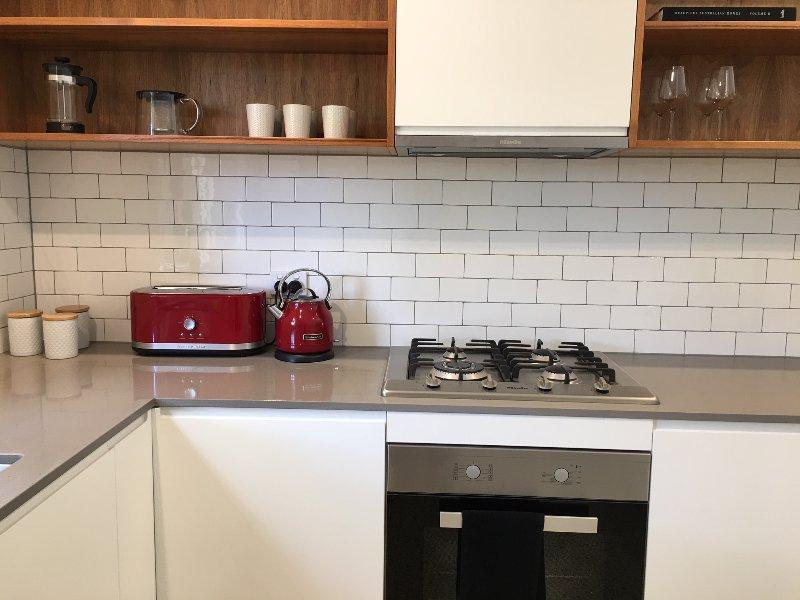 Moderne, volledig uitgeruste keuken met vaatwasser en gasfornuis