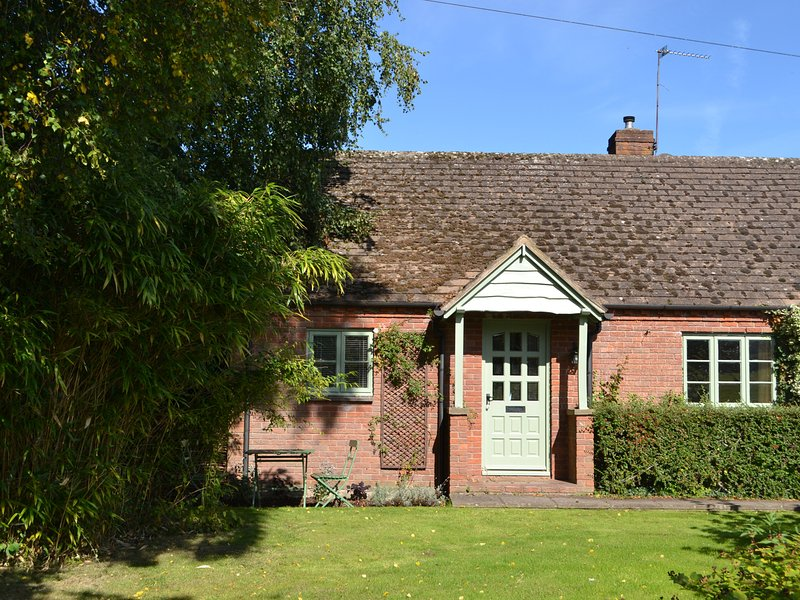 THE MOORS COTTAGE, countryside views, Ludlow 5 miles, lovely garden, Ref 963816, vacation rental in Kimbolton