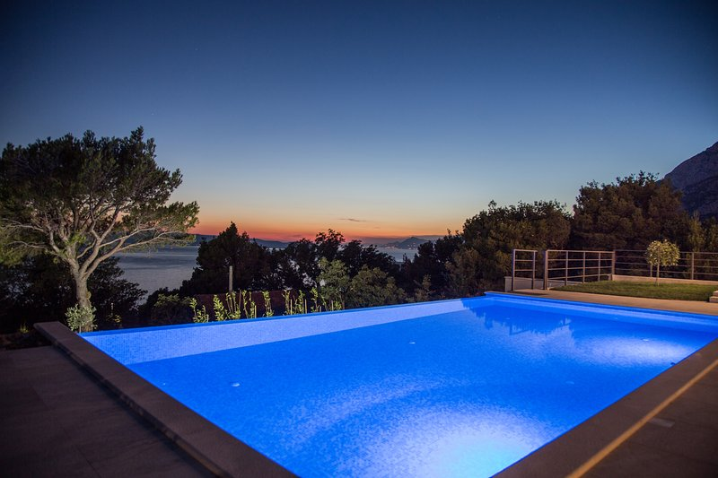 Beautiful Villa Yanko with sea view and  heated pool, aluguéis de temporada em Tucepi