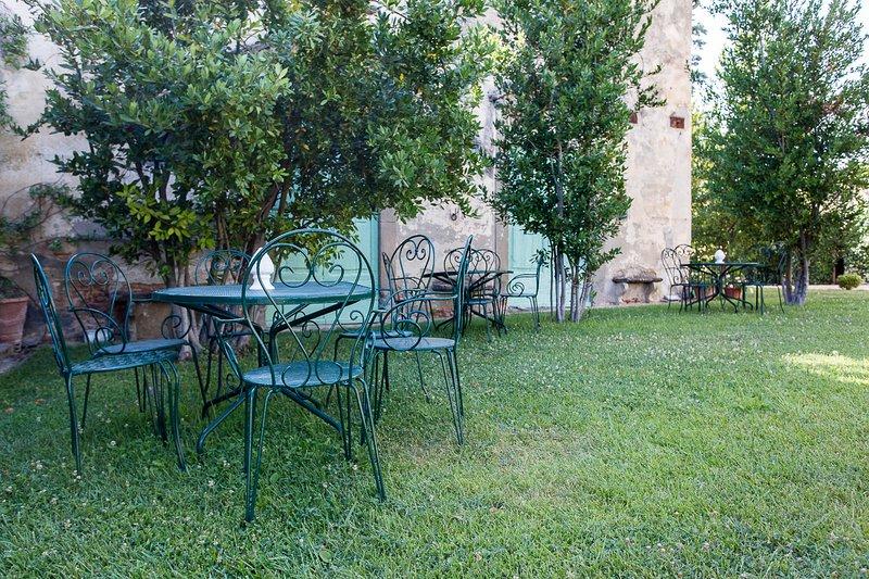 Mesas y sillas junto a la piscina