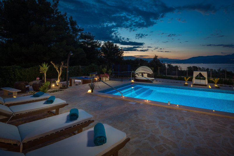Beach luxury villa Summer with pool and jacuzzi, vacation rental in Supetar