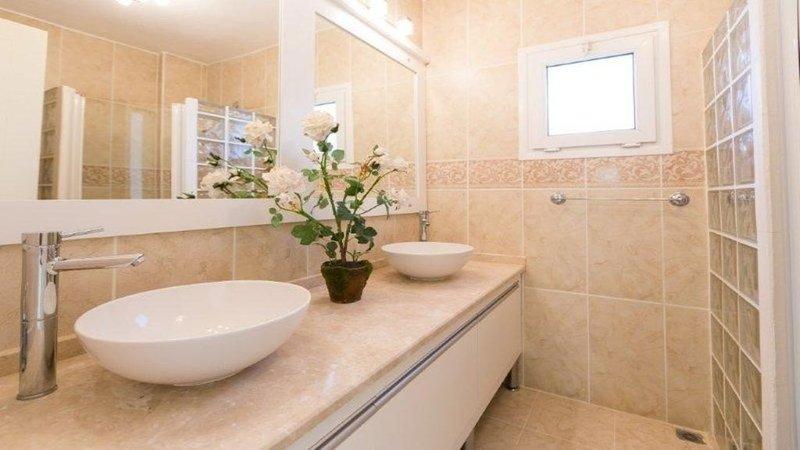 Salle de douche attenante à la chambre principale.