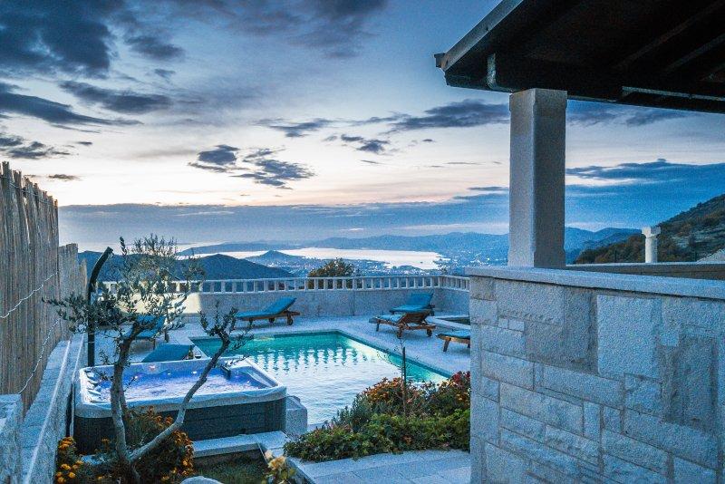 Trascorrerete le serate nel Jacuzzi accanto alla piscina, con vista sul luci della città di Spalato