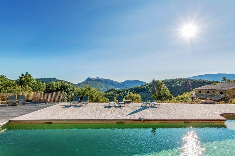 Magnifique Hameau pour 35 pers. en pleine montagne au milieu de 200ha de bois, holiday rental in Sahune