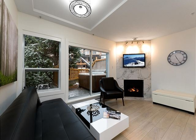 120 Glaciers Reach a 2br with hot tub & pool in Whistler Village, vacation rental in Whistler