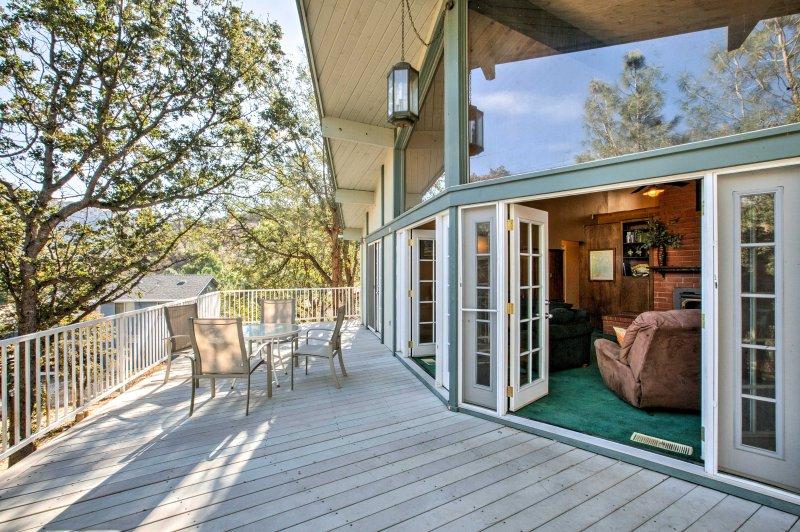 Kern River Home w/ Balcony, Fire Pit & Mtn Views!, vacation rental in Kernville