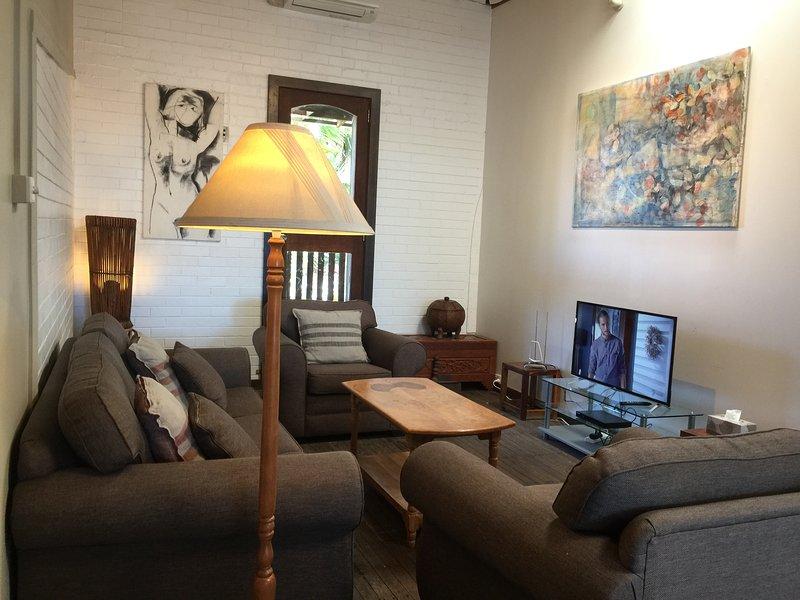 cómoda sala de estar con aire acondicionado y Smart TV TCL