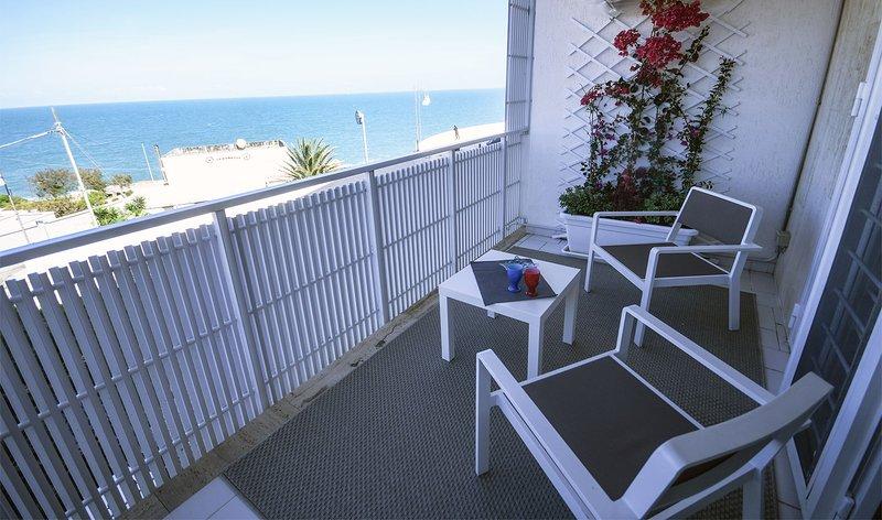 Blue Sea – apartment with front sea view, a few steps from Cala Paura beach, alquiler vacacional en San Vito