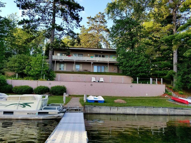 vue au bord du lac de la maison. Kayaks, pédalo, bateau de pêche en aluminium.