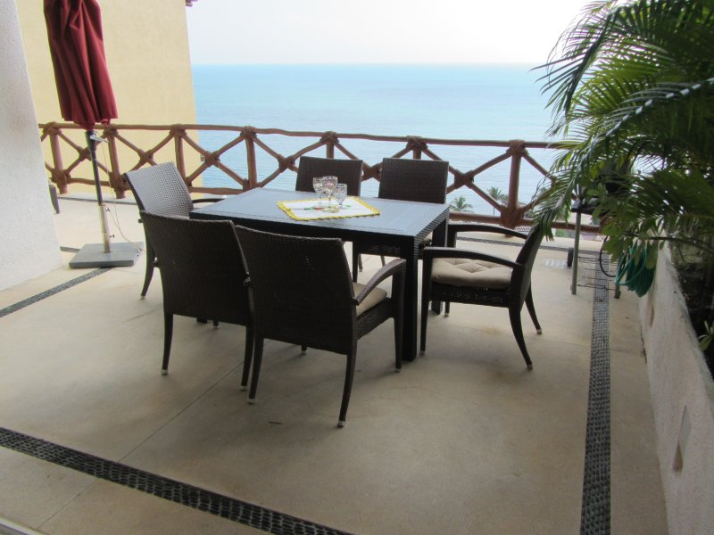 3BR 3 Bath Penthouse corner unit on the beach , 8 community pools,  with views o, holiday rental in La Cruz de Huanacaxtle