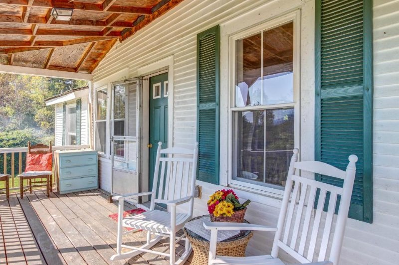 Quintessential Vermont Farmhouse, holiday rental in Northfield