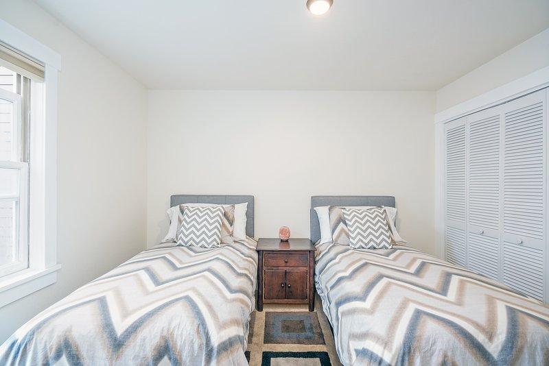 Das zweite Schlafzimmer hat zwei Einzelbetten, die auf Anfrage auch zu einem Kingsize-Bett gemacht werden können. Die Waschmaschine und Trockner sind auch in diesem Schlafzimmer.